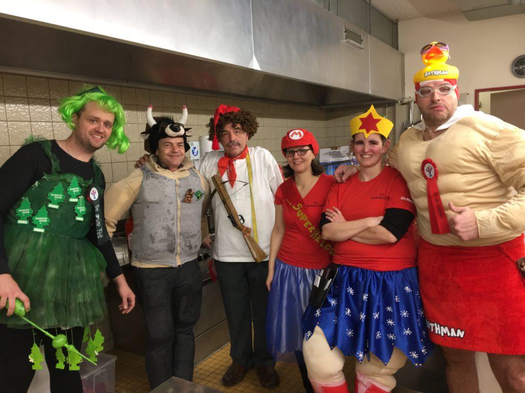 v.l. Patrik (grüne Fee), Peter (Supermuni), Ernst (Herr Tell) Erika (Super Mario) Agnés (Super Woman), Fabian (Bathman)